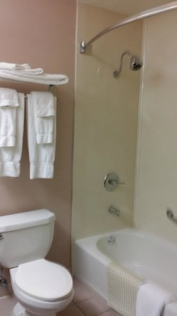 Motel 6 Los Angeles LAX: Clean bathroom