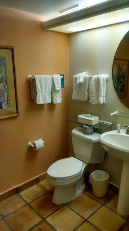 Kona Coast Resort: Guest bath vanity