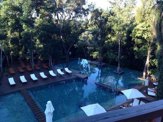 """Loi Suites Iguazu : piscina, detalhe da """"borda infinita"""""""