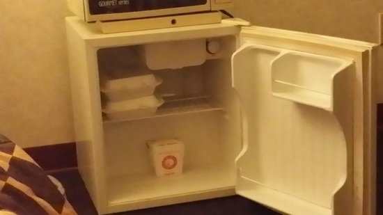Travelodge Phoenix: Leftover food left in the fridge from another guest