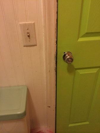Mermaid Manor: Adjoining door in the bathroom with no security latch