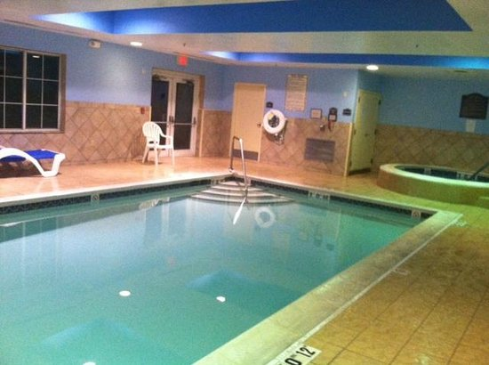 Holiday Inn Express Suites Middleboro: Pool