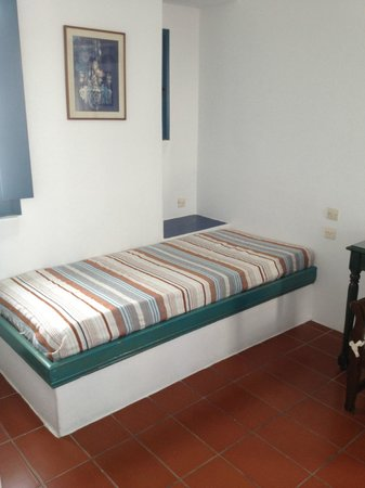Oia's Sunset Apartments: Sitting or extra sleeping area in the bedroom