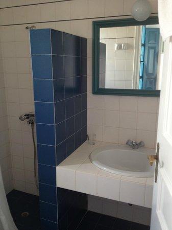 Oia's Sunset Apartments : Bathroom