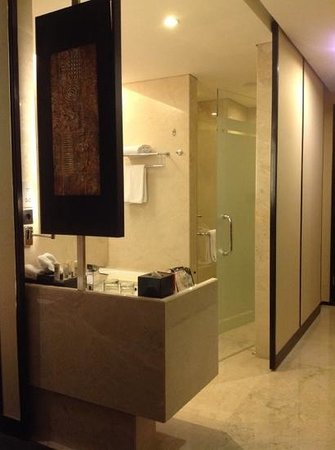 Crowne Plaza Semarang: Access to bathroom