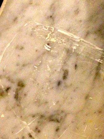Eliot Hotel: Dirty marble wall