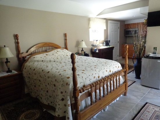 The White Rose Bed and Breakfast: Master bed