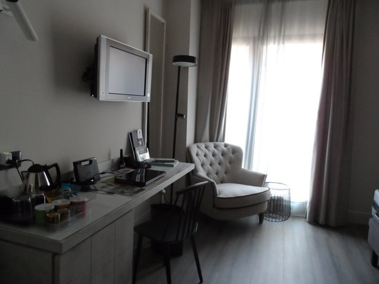 Hotel Barcelona Catedral: The Living Area - desk, chair and window