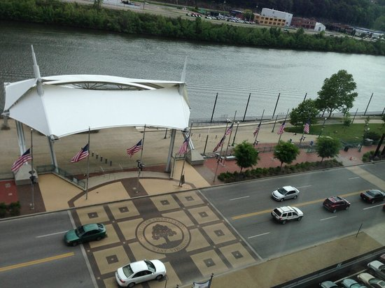 Four Points by Sheraton Charleston: Viw Of River And Park From Room