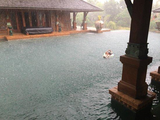 Howie's HomeStay : Terrific rain storm