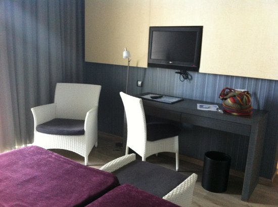 Hotel Els Arenals: bedroom with desk and tv