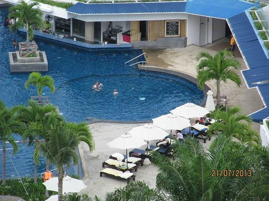 Novotel Hua Hin Cha Am Beach Resort and Spa: photo taken from walkway that leads down to pool