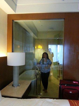 Manila Marriott Hotel: My niece is making fun of the see through bathroom here.