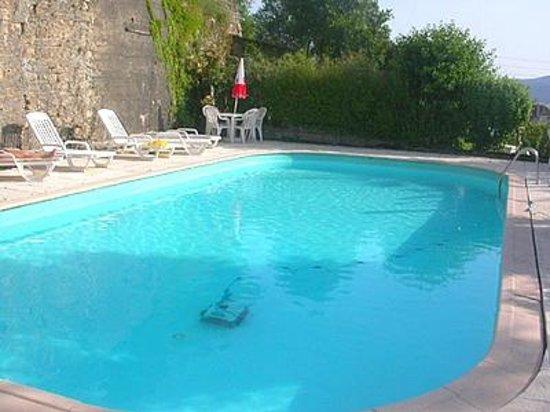 Hotel de la Tour : Pool in the castle courtyard