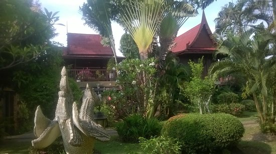Ban Kaew Villas: The two bedroom/bathrooms which join onto the top balcony.