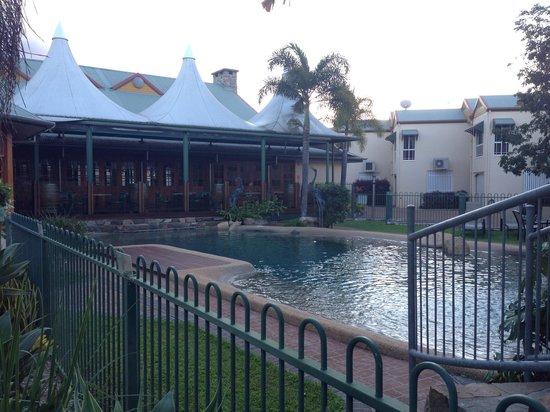 Tinaroo Lake Resort : Pool area