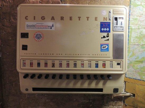Globetrotter Hostel Odyssee: Cigarette vending machine