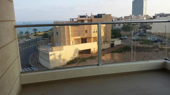Ramada Hotel and Suites Netanya: View from side (lower floor)