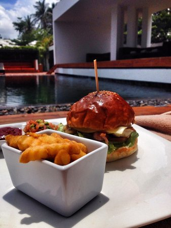 X2 Koh Samui Resort - All Spa Inclusive: Chicken Burger poolside... Good food!