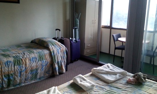 Mountway Holiday Apartments: 1 single bed, 1 double bed, a balcony with 2 chairs and a table, a cupboard