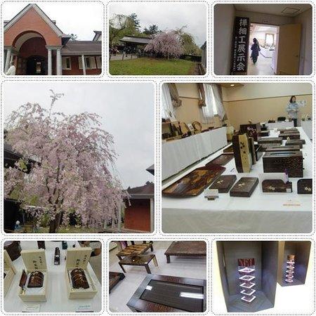 Kakunodate Birch Textile Museum: 入口近くにはしだれ桜が・・・