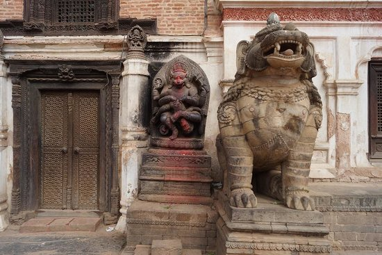 Ugrachandi and Bhairav Statues : 獅子門を潜ると