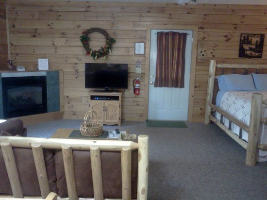 Sunrise Log Cabins: Living room