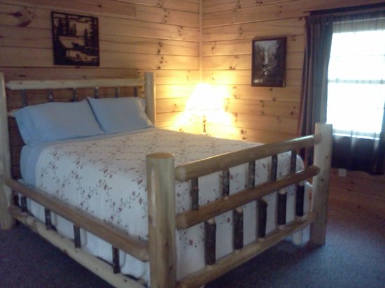 Sunrise Log Cabins: Bedroom