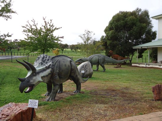 National Dinosaur Museum: Wonderful dinosaur models to explore outside the Museum