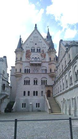 Neuschwanstein Castle: courtyard 1