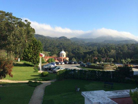 Penha Longa Resort: Utsikt från restaurangen över uteparkeringen.
