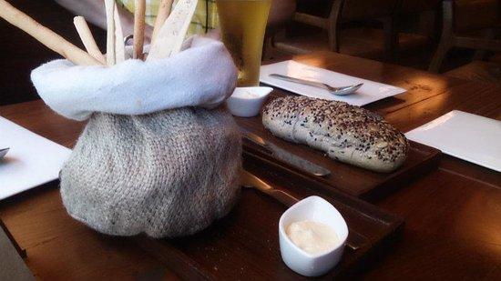 Salt Water Cafe : цельнозерной хлеб и хлебные палочки