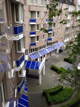 Hotel Indigo Duesseldorf - Victoriaplatz : View from balcony onto the main entrance