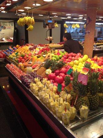 Mercat de Sant Josep de la Boqueria: Uno dei tanti banchi di frutta