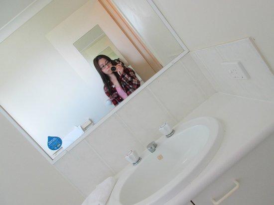 Bay Lodge Apartments: Common bathroom comes with bathtub