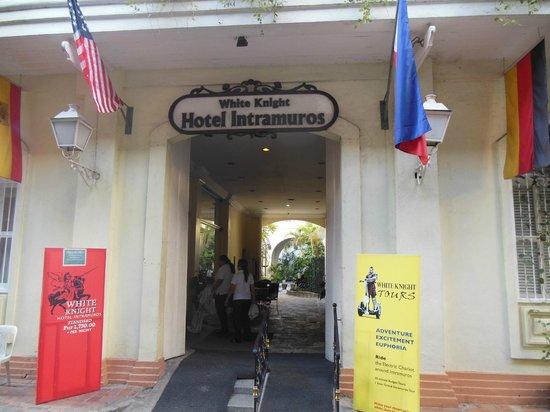 White Knight Hotel Intramuros : на входе в отель вас ждет приветливый портье