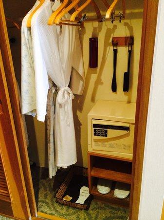 Caravelle Saigon : バルローブ、浴衣、スリッパ、アイロン、アイロン台もあり重宝しました。