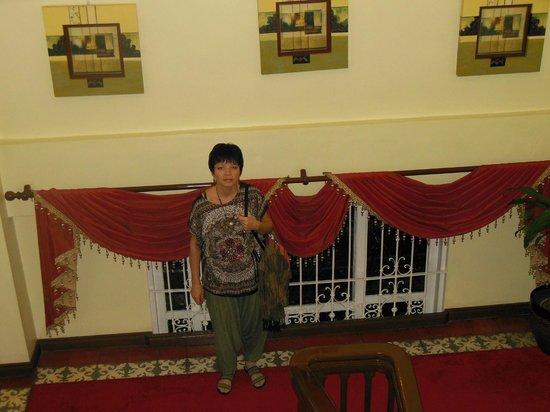 White Knight Hotel Intramuros : лестничная площадка отеля