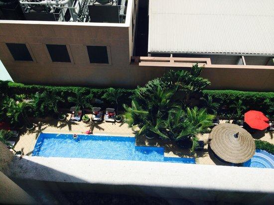 Caravelle Saigon : 上からみたホテルのプール