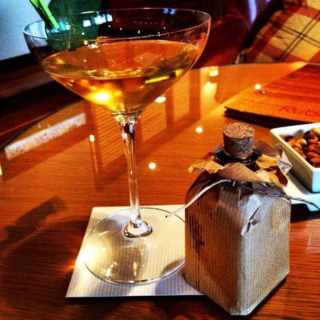 Hilton Vilamoura As Cascatas Golf Resort & Spa: Cocktails in the bar
