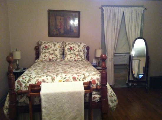 English Garden Bed & Breakfast: the bed is big and comfortable