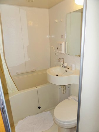 Toyoko Inn Nagoya Sakae: Our bathroom