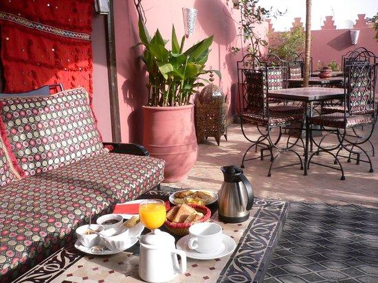 Riad La Porte Rouge : 屋上テラスで朝食