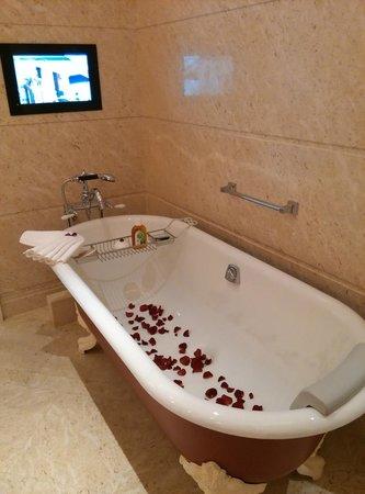 The Royal Begonia, A Luxury Collection Resort Sanya: Bathtub