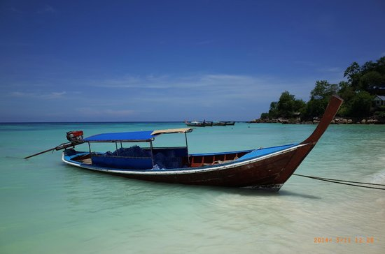 Mali Resort Pattaya Beach Koh Lipe: Long tail boat by the beach