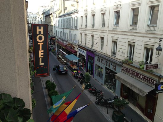 Opera Cadet Hotel: Restaurants & convenient stores are just outside