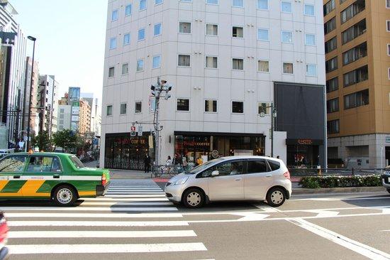E Hotel Higashi Shinjuku: Tully's Coffee and E-Hotel Higashi-shinjuku