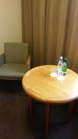 Jurys Inn Aberdeen Airport: Sparkling water supplied daily in the room