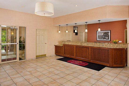 Residence Inn Arlington: Front Desk