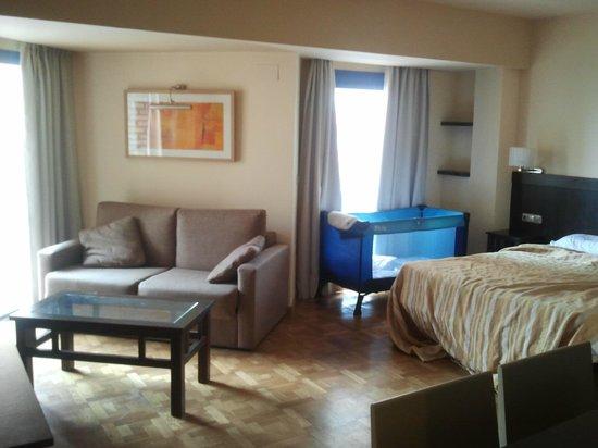 MS Alay Apartments: Aspecto del apartamento con el sofá cama, cuna y amplia cama de matrimonio